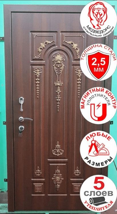 входная металлическая дверь, снаружи панель МДФ с объемным рисунком и патиной.
