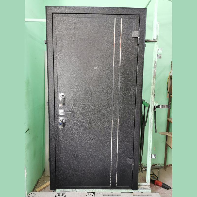 Дверь с декором из нержавейки