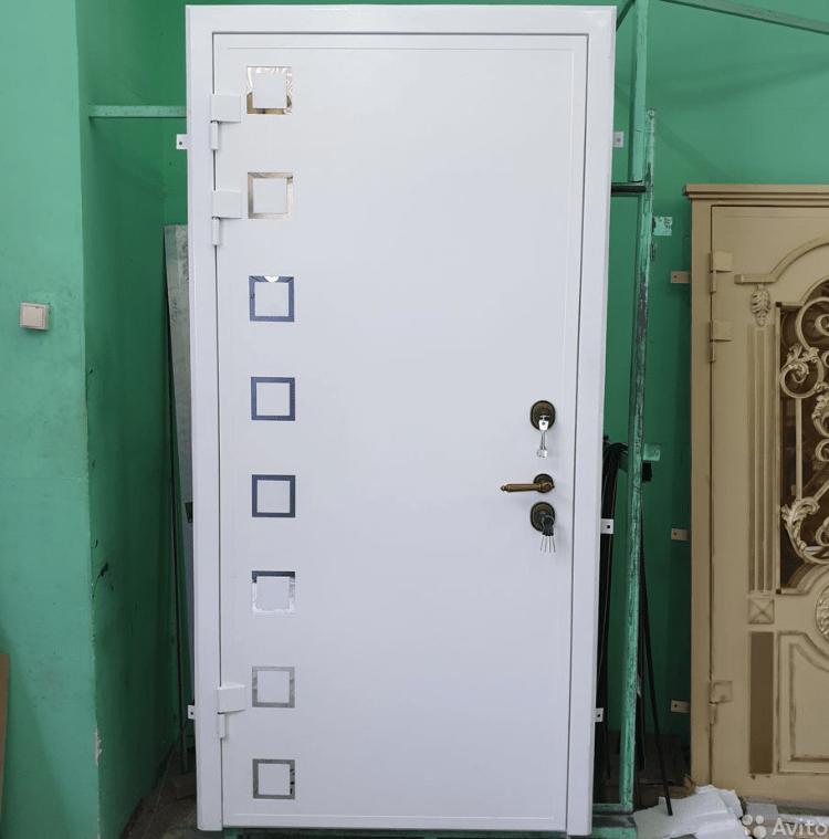 квадраты из нержавейки встроенные в стальную дверь