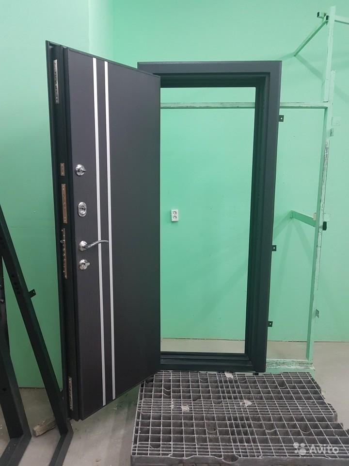 Дверь входная с двумя вертикальными полосами