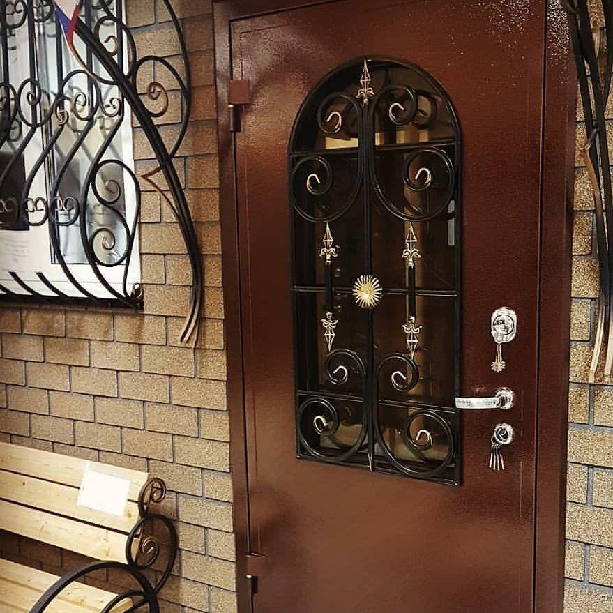 входная дверь и решетка на окно