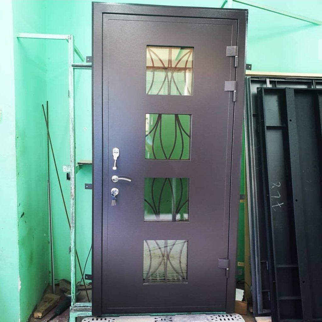 четыре окошка на двери